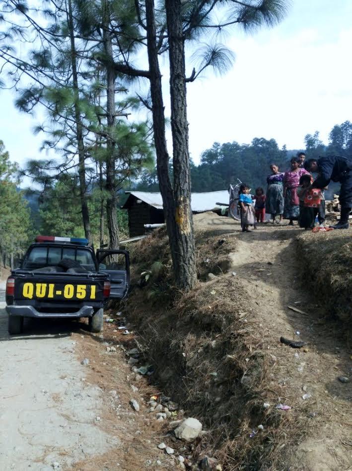 Agentes de la PNC visitaron a niños del área urbana de San Bartolomé Jocotán y aldeas cercanas. (Foto Prensa Libre: Óscar Figueroa)