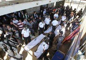 Los cinco cuerpos, entre ellos el de Lima Oliva, yacen en la garita de ingreso al penal; anoche el Inacif entregó el cadáver a la familia. (Foto Prensa Libre: Érick Ávila)