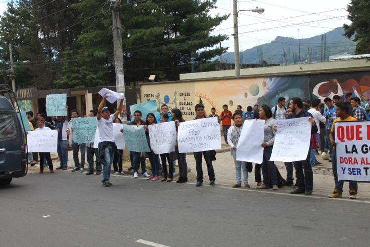 Estudiantes universitarios celebran captura de Baldetti. (Foto Prensa Libre: María José Longo)