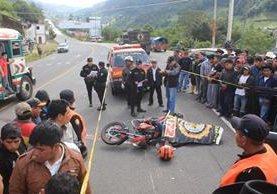 Pobladores llegan a identificar el cadáver del hijo del alcalde comunitario de Chuiquel, Sololá.(Foto Prensa Libre: Ángel Julajuj)