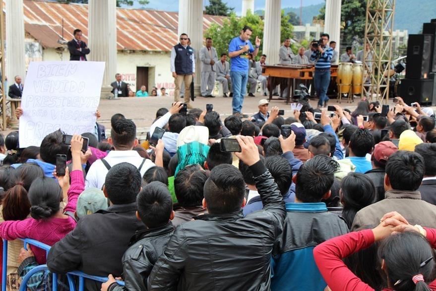 Pobladores escuchan el discurso de Jimmy Morales en la cabecera de Totonicapán. (Foto Prensa Libre: Édgar Domínguez)