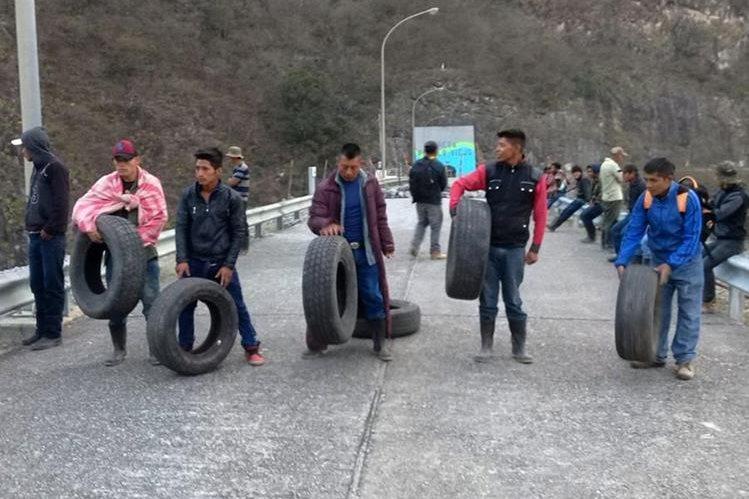 Los inconformes llegaron al lugar con llantas y leña con la intención de quemar la bocatoma de Hidroeléctrica Chixoy. (Foto Prensa Libre: Eduardo Sam)