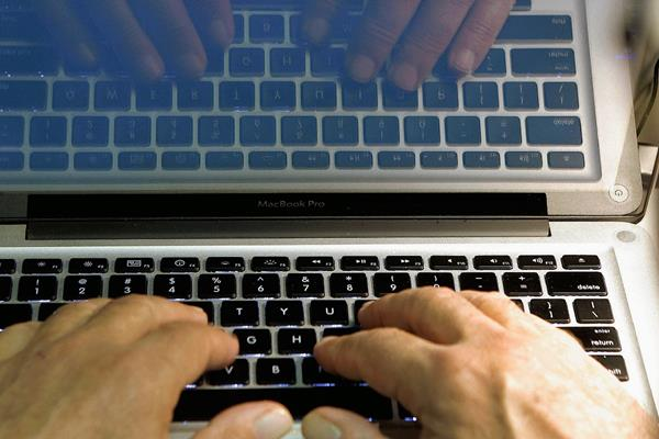 La sugerencia de Yahoo es el envio de contraseña a través de mensaje de texto. Mientras Microsoft le apuesta al reconocimiento facial como método de seguridad. (Foto: Prensa Libre Hemeroteca)