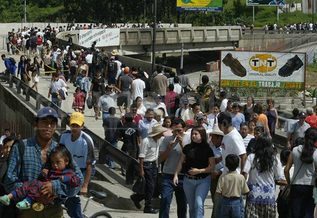 El desplome de El Caminero obligó a centenres de vecinos de colonias aledañas a caminar. (Foto: Hemeroteca PL)