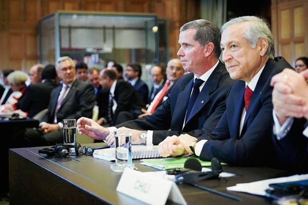 La delegación chilena, en la sede de la Corte Internacional de Justicia en La Haya. en Holanda.(Foto Prensa Libre:AP)