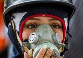 Los manifestantes de oposición acuden a las marchas con máscaras y pañuelos para combatir los gases lacrimógenos. EPA
