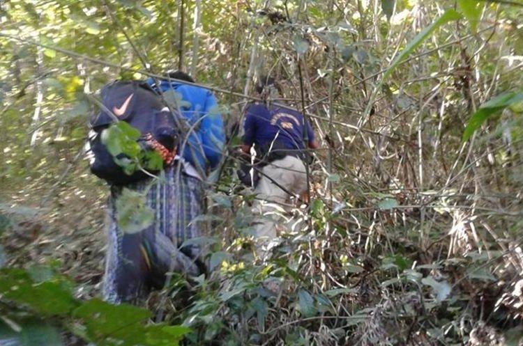 Cuatro horas tardó el rescate del turista, quien cayó a un barranco de unos 400 metros de profundidad. (Foto Prensa Libre: Cortesía)