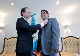 Jorge de León Duque coloca el pin que acredita a Jordán Rodas Andrade como el nuevo magistrado de conciencia. (Foto Prensa Libre: Carlos Hernández Ovalle)