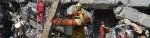 Rescatan más personas de escombros.