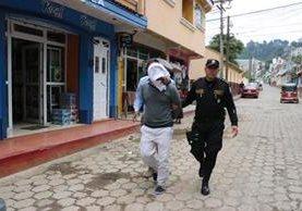 Luis Pedro Bajan Mucia, de 22 años, quien fue sentenciado a 25 años de prisión es trasladado a la cárcel. (Foto Prensa Libre: Ángel Julajuj)