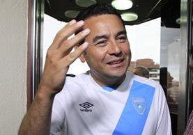 Jimmy Morales luce una camisola de la selección de fútbol sala, dos días después de ganar la primera vuelta electoral. (Foto Prensa Libre: Hemeroteca PL)