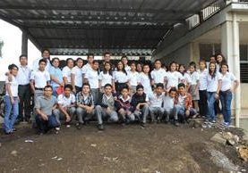 Grupo de  universitarios y estudiantes que participaron en charla sobre lengua materna.
