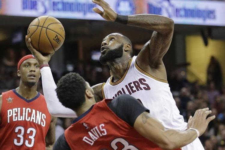 Lebron James volvió a ser figura con los Cavaliers de Cleveland al anotar 26 puntos en la victoria contra los Pelicans de Nueva Orleans. (Foto Prensa Libre: AP)