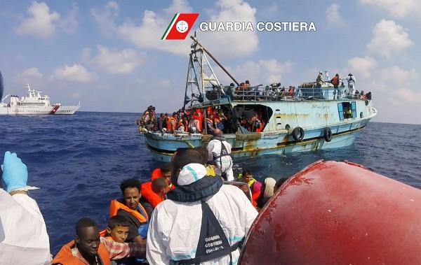 Más de dos mil 700 personas fueron auxiliadas en el canal de Sicilia.(AFP).