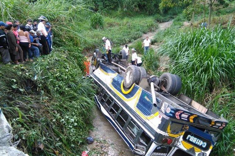 El autobús cayó a una hondonada de unos 30 metros y reportan 25 personas heridas. (Foto Prensa Libre: Estuardo Paredes)