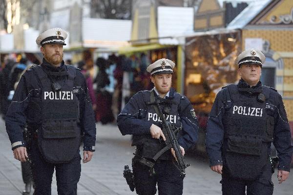 La Policía alemana patrullan un mercadillo navideño en Düsseldorf, Alemania.(EFE).