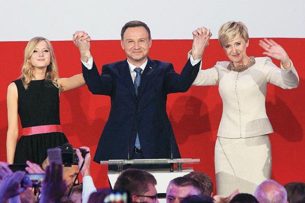 Andrzej Duda, junto con su esposa, Agata, derecha, y su hija, Kinga, celebra triunfo.
