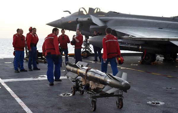 Aviones de Francia intensificaron sus ataques aéreos contra posisicnes del EI en Siria.