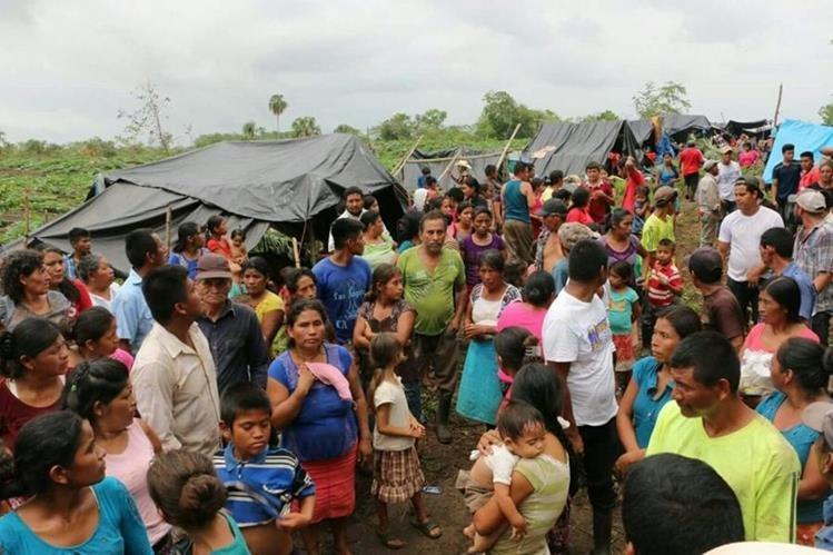 Las familias huyeron hacia un campamento de apoyo en suelo mexicano. (Foto Prensa Libre: Rigoberto Escobar)