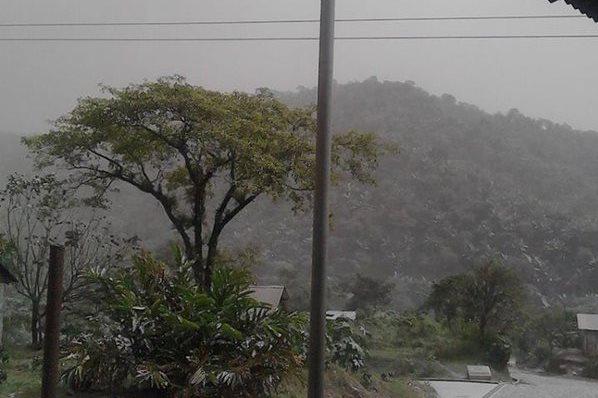 Ceniza cubre comunidades cercanas al volcán Santiaguito.