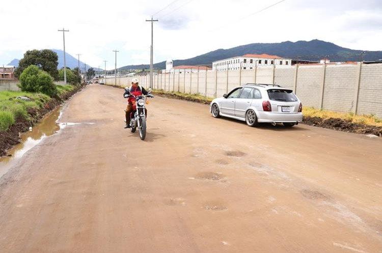 Así luce la 41 avenida, ruta alterna por donde deben transitar los vehículos, luego de que la comuna retiró el lodo de la calle. (Foto Prensa Libre: María José Longo)