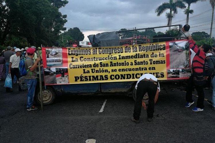 Vecinos y transportistas paralizaron el tránsito vehicular en el km 150 de la ruta Suroccidente. (Foto Prensa Libre: Cristian Soto)