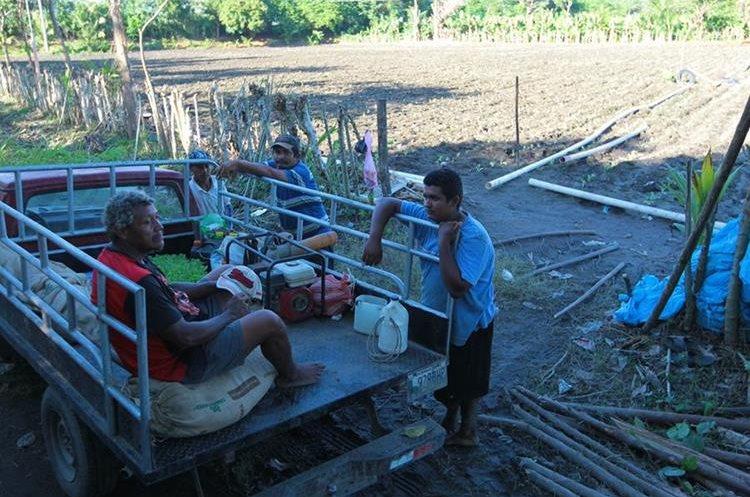 Agricultores de la cuenca descansan luego de su jornada de trabajo.