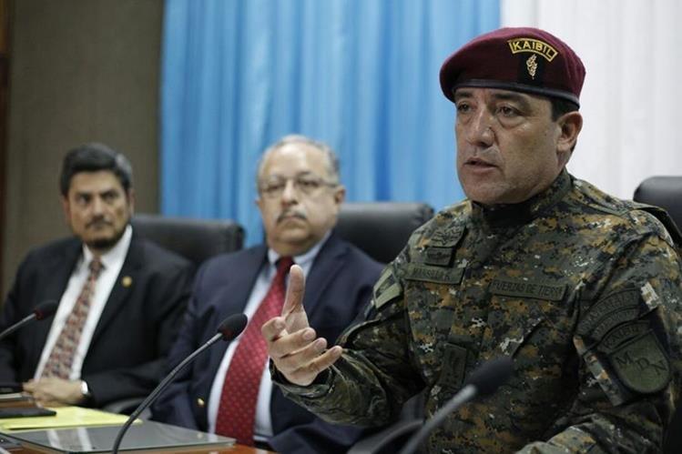 Ministro de Defensa, Williams Mansilla; vicecanciller Carlos Martínez, y embajador Manuel Roldán, en conferencia de prensa. (Foto Prensa Libre: Erick Avila)