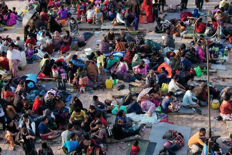 Los sobrevivientes se reúnen en espacios abiertos por seguridad. (Foto Prensa Libre: AP).