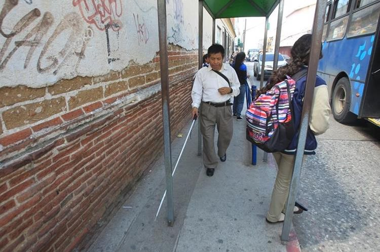 En las estaciones de autobuses las personas no videntes encuentran varios obstáculos. (Foto Prensa Libre: Esbin García