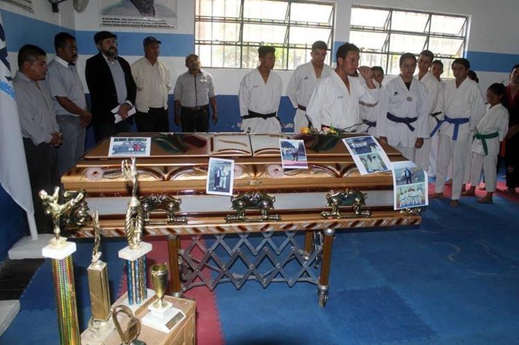 Ataúd que contiene los restos de Víctor Luna permanece en la Casa del Deportista en Jalapa. (Foto Prensa Libre: Hugo Oliva).