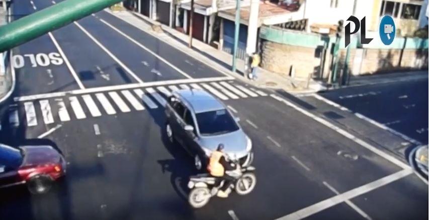 Una cámara capturó imágenes de un accidente en la zona 10 capitalina. (Foto Prensa Libre: PMT)