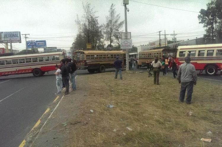 Buses que bloquean la ruta. Foto Prensa Libre: Provial.