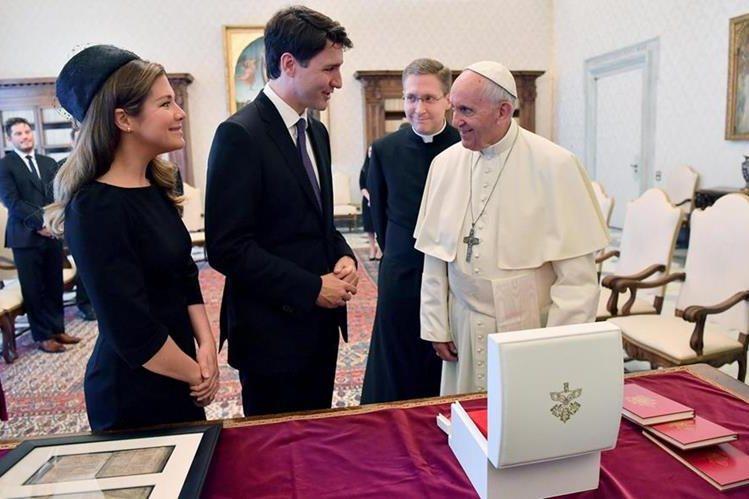 El Papa recibe en audiencia al primer ministro canadiense y a su esposa. (Foto Prensa Libre: EFE)