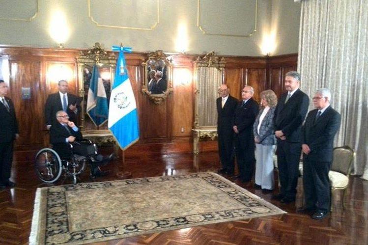 Maldonado, en silla de ruedas, toma el juramento de los nuevos ministros. (Foto Prensa Libre: Érick Ávila)