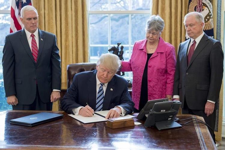Trump firma decreto ejecutivo relacionada con el narcotráfico en Washington DC. (AFP).