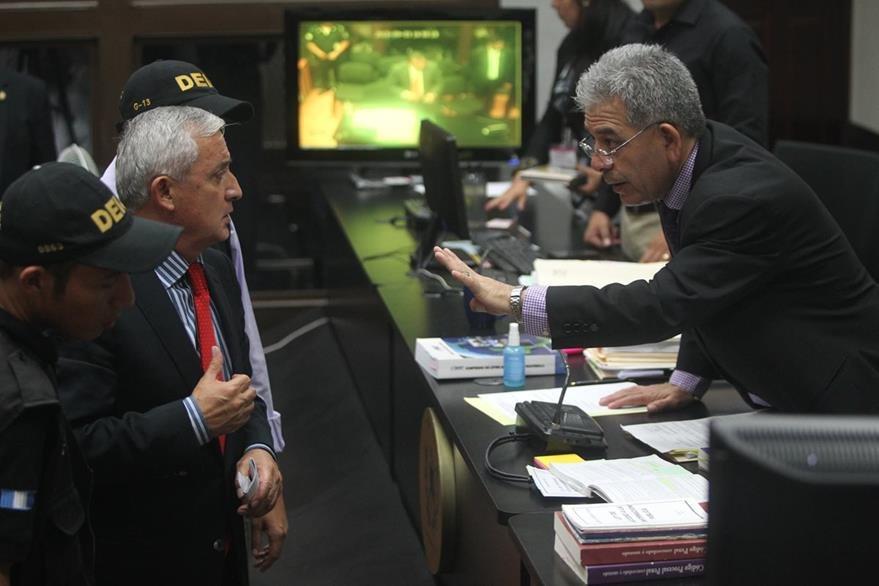 Presidente Otto Perez Molina, se presenta ante el Juez Miguel Ángel Gálvez. (Foto Prensa Libre: Hemeroteca PL)