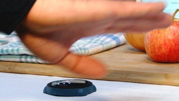 Este aparato te permite pasar las páginas de tu tableta con tan solo un gesto para usarlo, por ejemplo, mientras cocinas. (BIXI)