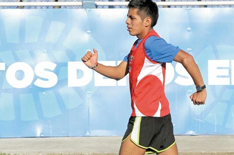 José María Raymundo durante uno de los entrenamientos en el estadio Mateo Flores. (Foto Prensa Libre: Fernando López R.)