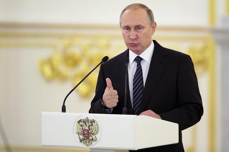 El presidente de Rusia, Vladimir Putin, durante su discurso en la ceremonia de reconocimientos a los atletas rusos que participaron en Río. (Foto Prensa Libre: AP)