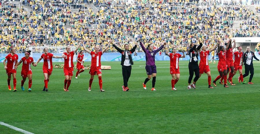 Las jugadoras canadienses festejan su histórico bronce, al derrotar a las anfitrionas brasileñas, en el duelo por el tercer lugar del futbol femenino olímpico (Foto Prensa Libre: AFP)