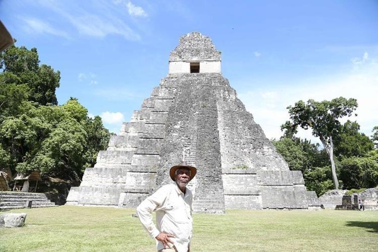 El actor Morgan Freeman llegó a Tikal el 7 de agosto para rodar varias escenas sobre la cultura maya. (Foto Prensa Libre: Cortesía Rosendo Morales)