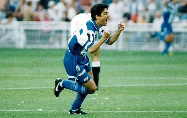 Bebeto festeja uno de sus goles con el Deportivo. (Foto Prensa Libre: Cortesía Marca.com)
