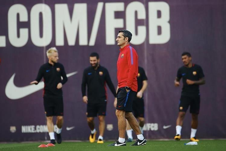 El entrenador del FC Barcelona Ernesto Valverde, durante el entrenamiento en la ciudad deportiva Joan Gamper de Sant Joan Despí. (Foto Prensa Libre: EFE)