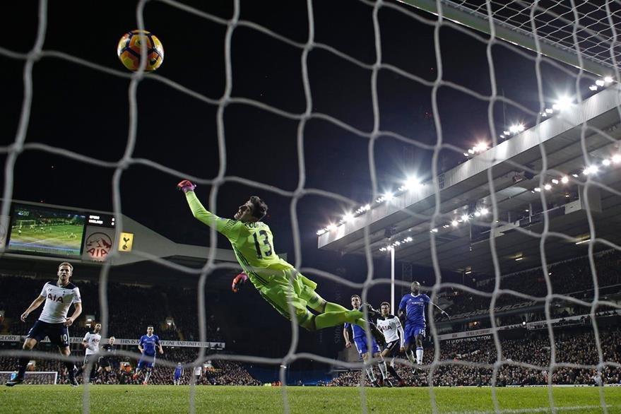 El guardameta Thibaut Coustois no puede evitar la anotación de Alli consiguió doblete en el duelo frente al Chelsea. (Foto Prensa Libre: AFP)