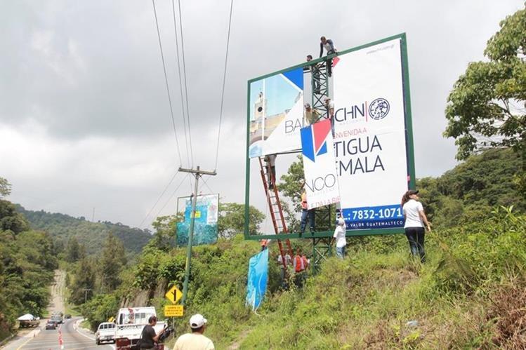 Una de las vallas retiradas de la Ruta Nacional 10 que conduce de San Lucas Sacatepéquez hacia Antigua Guatemala. (Foto Prensa Libre: Miguel López)