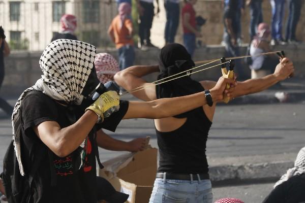 Manifestantes palestinos lanza piedras a las fuerzas de seguridad israelíes en Belén.