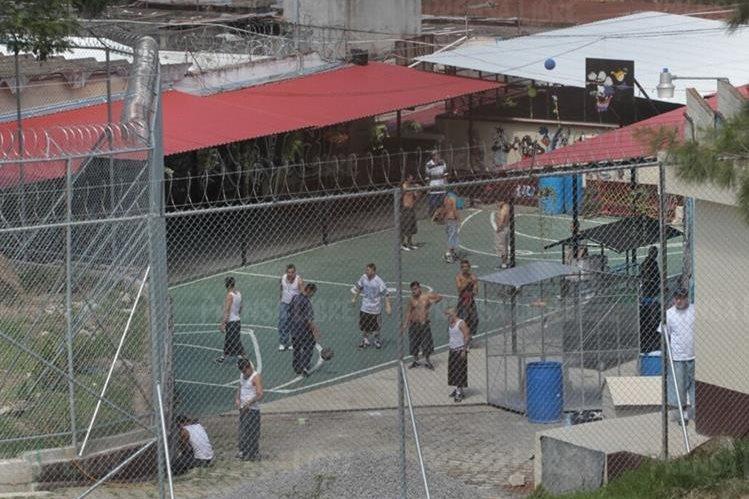 Los reos tienen el espacio privado para actividades deportivas fuera de su sector, donde tienen prohibido permanecer. (Foto Prensa Libre: Érick Ávila)