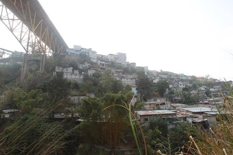 Varias familias que viven bajo el puente Belice, podrían ser trasladas a la zona 6.(Foto Prensa Libre: Hemeroteca PL)