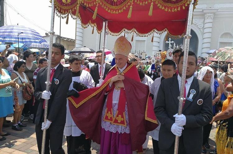 Nuncio Nicolas Therevin, durante la procesión del Niño Dios de Amatitlán, en mayo último. (Foto: Hemeroteca PL)